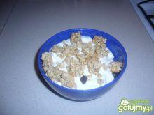 Owocowa miseczka z jogurtem i crunchami.