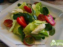 Owocowa sałata z mozzarellą