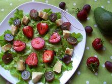 Owocowa sałatka na sałacie