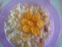Owocowa sałatka z bananem, brzoskwinią i kumkwatem