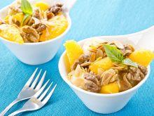 Owocowa sałatka z kruszonką miodowo-orzechową