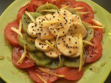 Owocowa sałatka z pomidorem na ostro z czarnuszką