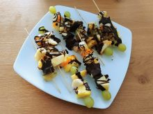 Owocowe szaszłyki z gorzką czekoladą