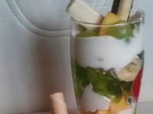 Owocowy deser zatopiony w śmietanie