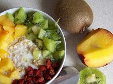 Owsianka REGGAE-z brzoskwinią, kiwi i owocami goji