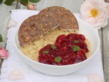 Owsianka z frużeliną wiśniową i waflami