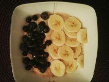 Owsianka z owocami i masłem orzechowym