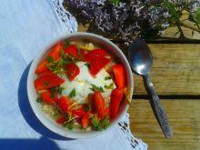 Owsianka z truskawkami i syropem z mniszka