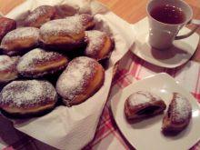 Pączki z powidłami i cukrem pudrem