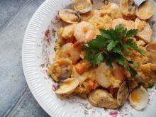 Paella z owocami morza i kurczakiem