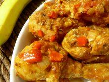 Pałki z kurczaka duszone w pomidorach z bananami