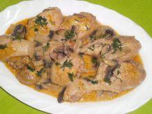 Pałki z kurczaka w sosie śmietanowym z pieczarkami