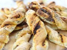 Paluszki chlebowe z czarnym pieprzem, parmezanem i anchois