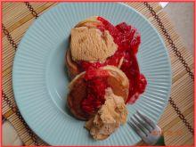 Pancakes z sosem malinowym i lodami