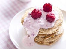 Pancakes z serkiem waniliowym i malinami