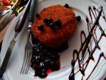 Panierowany camembert na czarnej porzeczce