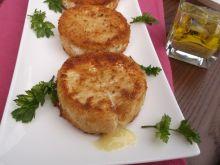 Panierowany i smażony ser camembert