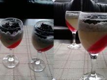 Panna cotta z białą czekoladą, galaretką, jagodami