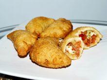 Panzerotti z mozzarellą, pomidorami i salami