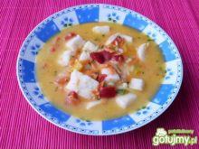 Paprykowa zupa z kostką z kaszy manny