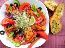 Paprykowy kurczak na salatce