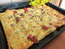 Parówki na cieście francuskim z żółtym serem