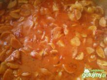 Parówki w sosie pomidorowym z pieczarkam