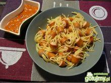 Parówki z makaronem i pomidorowym sosem
