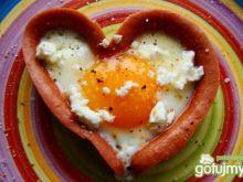 Parówkowe serduszko z jajem i fetą