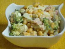 Pasta jajeczna z brokułami i kukurydzą