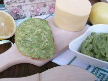Pasta z awokado,serem żółtym i młodym jęczmieniem