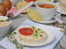 Pasta z jajek, sezamu podana na waflach ryżowych