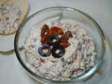 Pasta z tuńczykiem, suszonymi pomidorami, oliwkami