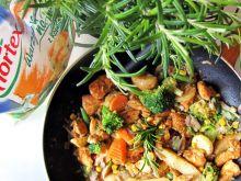 Patelnia z warzywami, kurczakiem i nutą rozmarynu