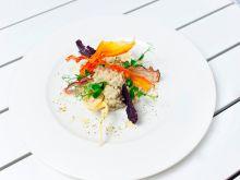 Pęczak z kremowym serem pleśniowym i bobem