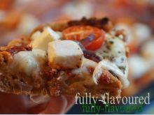 Pełnoziarnista orkiszowa pizza z suszonymi pomidor