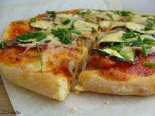 Pełnoziarnista pizza z salami i cukinią