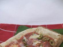 Pełnoziarnista pizza z serem szynką i oliwkami