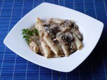 Penne z mięsem i pieczarkami w sosie