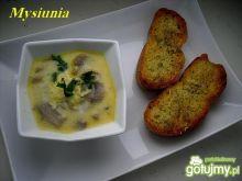 Pieczarkowa zupa z serem i grzankami