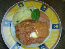 Pieczeń rzymska z jajkiem podpiekana w sosie pomid