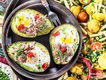 Pieczone awokado z jajkiem i tuńczykiem