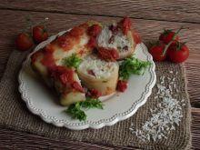Pieczone gołąbki z kiełbasą pod pomidorami