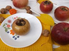 Pieczone jabłka z orzechami i rodzynkami