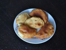 Pieczone pierogi z nadzieniem z kabanosów
