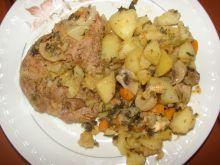 Ziemniaki pieczone z karczkiem i jarzynami