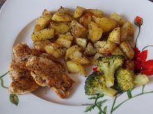 Pieczone ziemniaki z filetem i brokułem