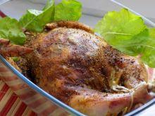 Pieczony faszerowany ryżem i pieczarkami kurczak