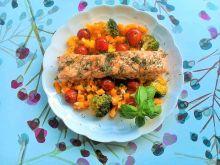 Pieczony łosoś z dynią, brokułem i pomidorkami