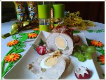 Pieczysty schab faszerowany jajkiem i groszkiem